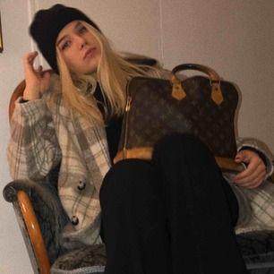 Intressekoll på ÄKTA Louis Vuitton Alma vintage väska, produktkod finns som visar att väskan är 25 år gammal och gjord i Frankrike