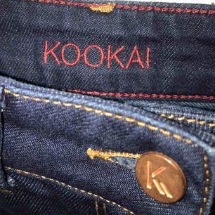 Mörka blåa jeans i väldigt bra skick! Låga i midjan och ganska tajta. Dom är knappt använda😊 Skriv för fler bilder eller frågor✨