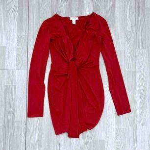 Superfin röd klänning från Oneness storlek S, fint skick.  Möts upp i Stockholm eller fraktar.  Frakt kostar 54kr extra, postar med videobevis/bildbevis. Jag garanterar en snabb pålitlig affär!✨