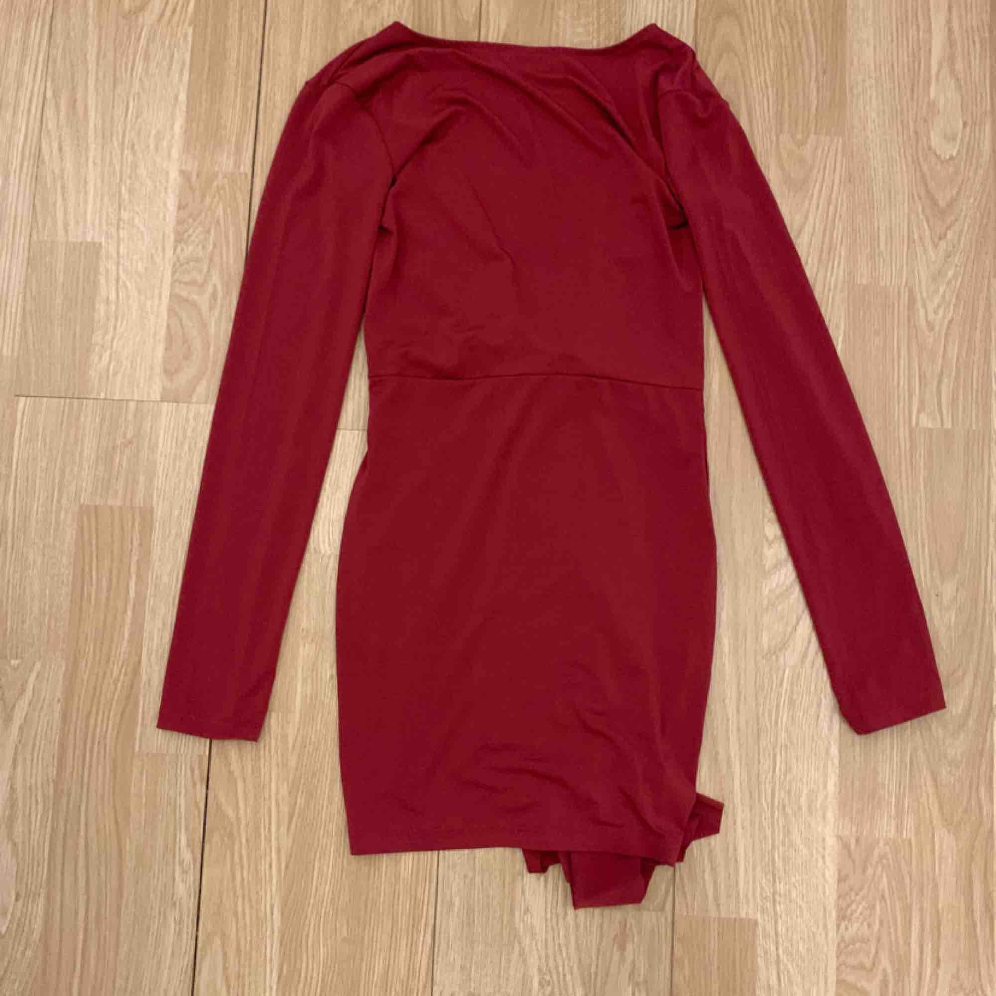 Superfin röd klänning från Oneness storlek S, fint skick.  Möts upp i Stockholm eller fraktar.  Frakt kostar 54kr extra, postar med videobevis/bildbevis. Jag garanterar en snabb pålitlig affär!✨. Klänningar.