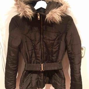 En jättefin jacka, perfekt för vintern! Skriv för fler bilder eller frågor😘