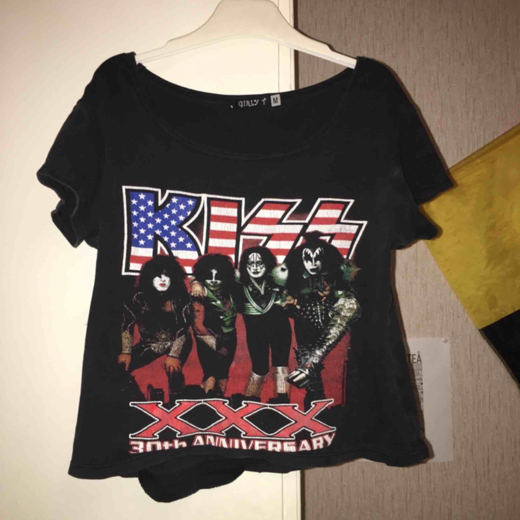 Kiss t-shirt i kort modell . T-shirts.
