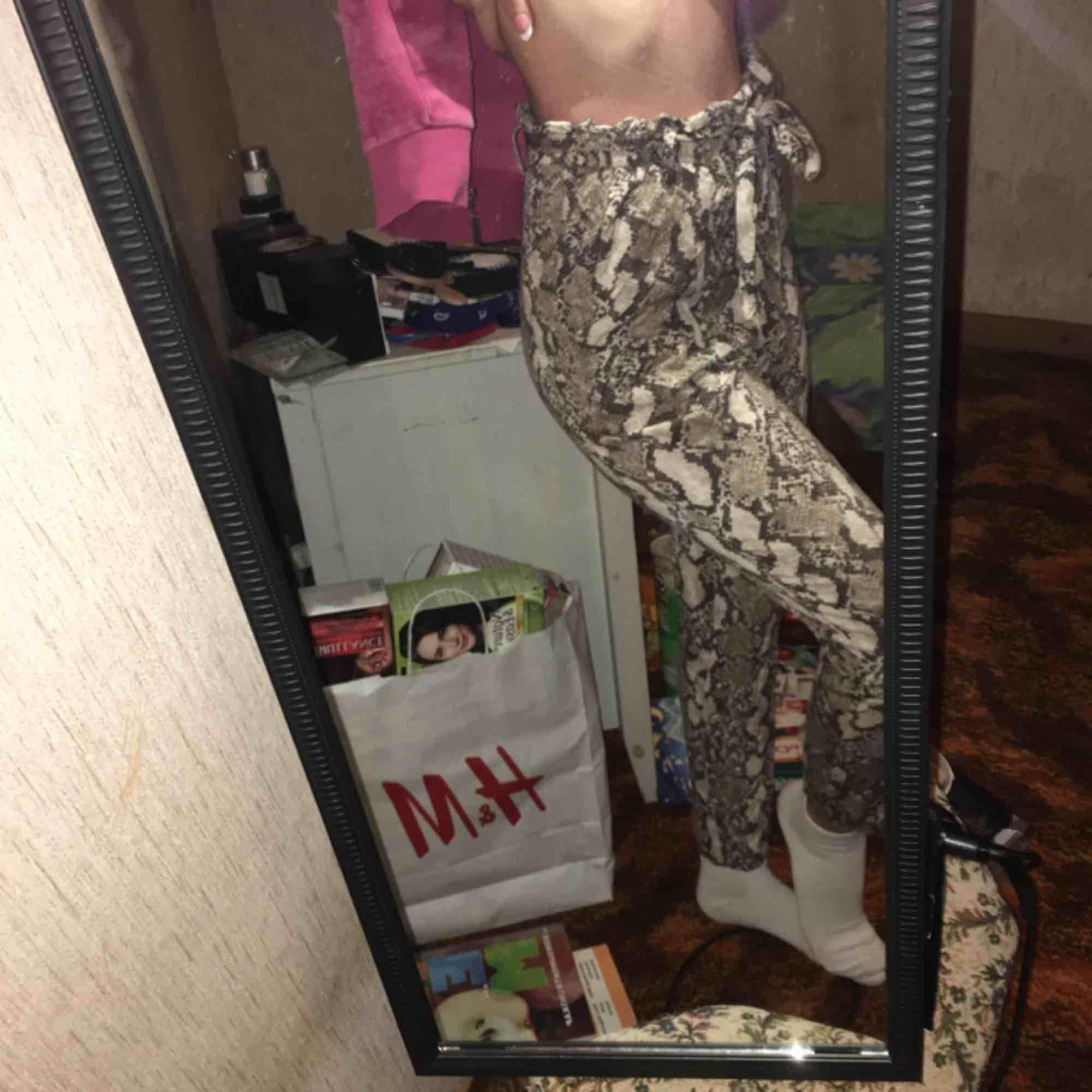 Byxor från H&M med ormskinnsmönster. Jeans & Byxor.