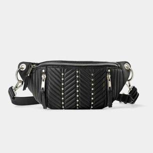 Säljer denna Axel/midje väska från zara! Knappt använd.  Möts upp i Stockholm annars står köparen för frakt ca 50kr! ☺️