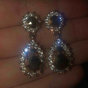 Lily&Rose Sofia örhängen i guld/silver. Aldrig använda. Frakt 35kr tillkommer! :)