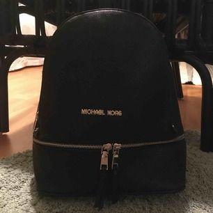 Detta er en Michael kors väska, oanvänd och den ser jätte bra ut. Den är dock en kopia men ser ut som en riktig.