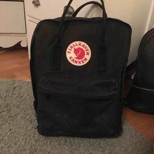 Denna väska är äkta och i bra skick, ytterst lite smutsig men det er inget märkvärdigt.