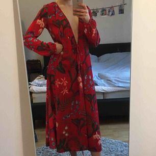 Långklänning med knytband, fungerar också som kimono öppen. Använd fåtal gånger.