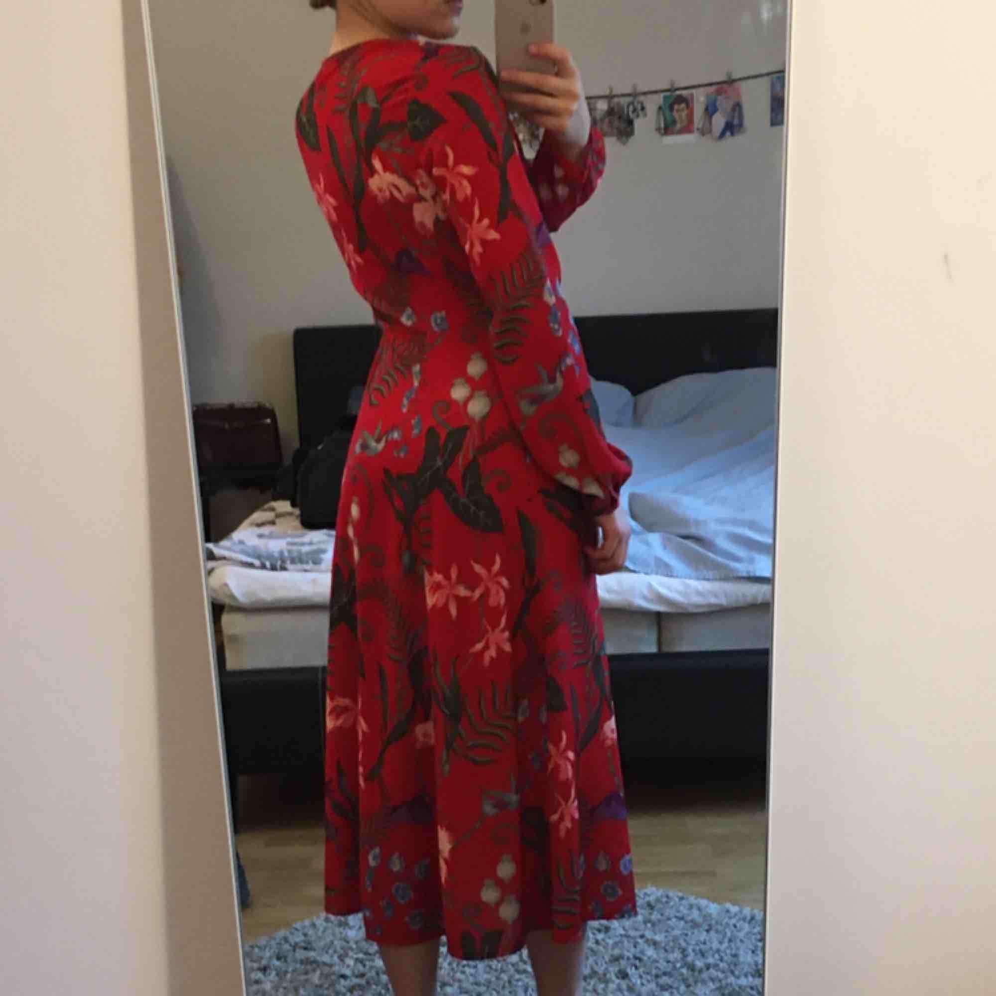 Långklänning med knytband, fungerar också som kimono öppen. Använd fåtal gånger. . Klänningar.