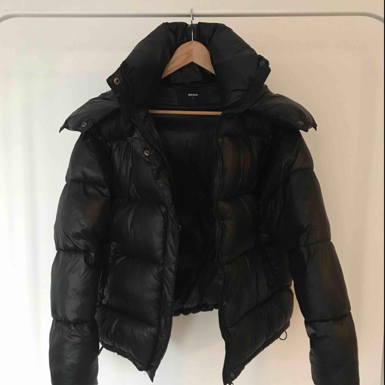 Någon som säljer en sånhär jacka i storlek XS eller S? Hör gärna av er isåfall ☺️. Jackor.