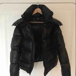 Någon som säljer en sånhär jacka i storlek XS eller S? Hör gärna av er isåfall ☺️