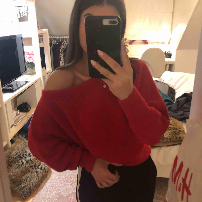 Stickad röd tröja från Gina⚡️⚡️  Väldigt mysig och mjuk material  Passar XS/S. Tröjor & Koftor.