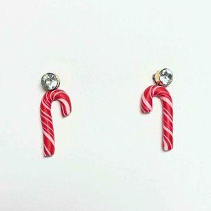 Handgjorda charms i form av polkagrisar. Fungerar utmärkt att använda som örhängen, bff-halsband eller berlock. Obs: de guldiga örhängena i bilden ingår ej. Nickelfria. Jag bjuder på frakten🥰