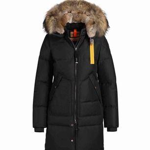 Jackan är använd ca. 1 vinter, är i mycket bra skick, Storlek S men funkar som Xs oxå. Fraktar eller möts i Göteborg, kvitto finns.
