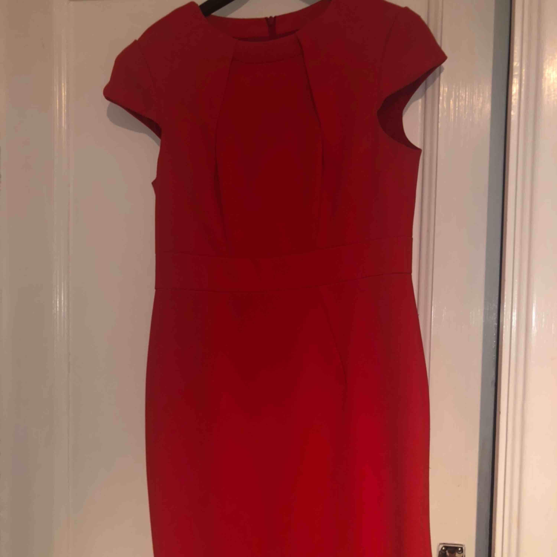 Röd Karen Millen Dress: Storlek M passar S. Priset går att diskutera. Klänningar.
