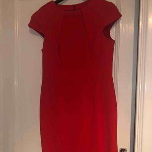 Röd Karen Millen Dress: Storlek M passar S. Priset går att diskutera