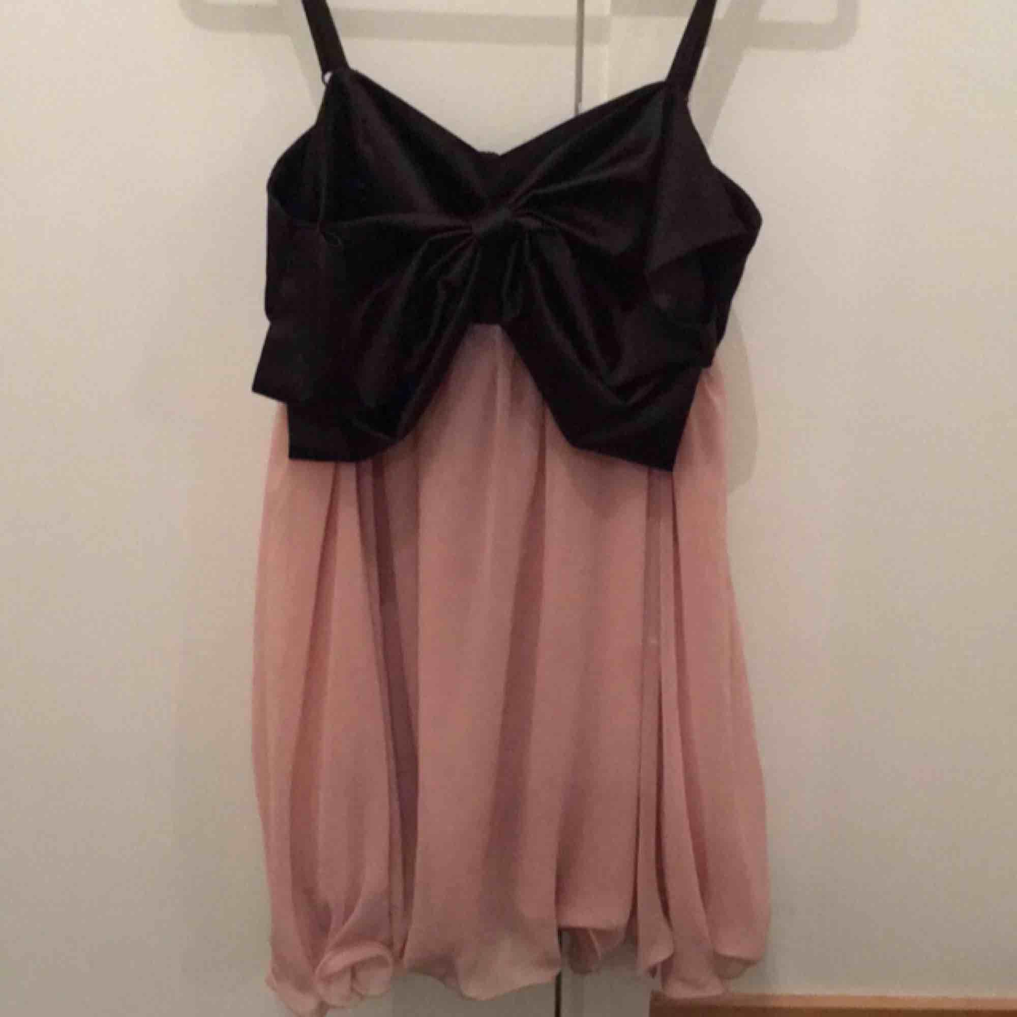 Söt klänning från Nelly. Chiffong och en stor rosett framtill. Fint skick.. Klänningar.