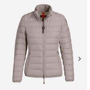 Väldigt snygg parajumper jacka i beige, använd ett tag men fof fin. Nypris 4800 kr.