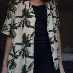 Hawaiian skjorta från Carlings i kortarmad, rätt stor för att vara S. Den är mer beige än vit men skiftar lite färg i olika ljus. Aldrig använd ✨💫