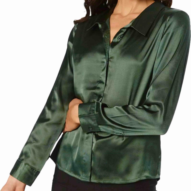 Buda från den 200 kr!!!  Satinskjorta i en smaragdgrön färg från Ruth&Circle. Fin till fest och vardag! (Frakt tillkommer). Skjortor.