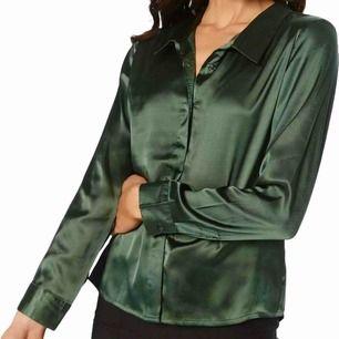 Buda från den 200 kr!!!  Satinskjorta i en smaragdgrön färg från Ruth&Circle. Fin till fest och vardag! (Frakt tillkommer)