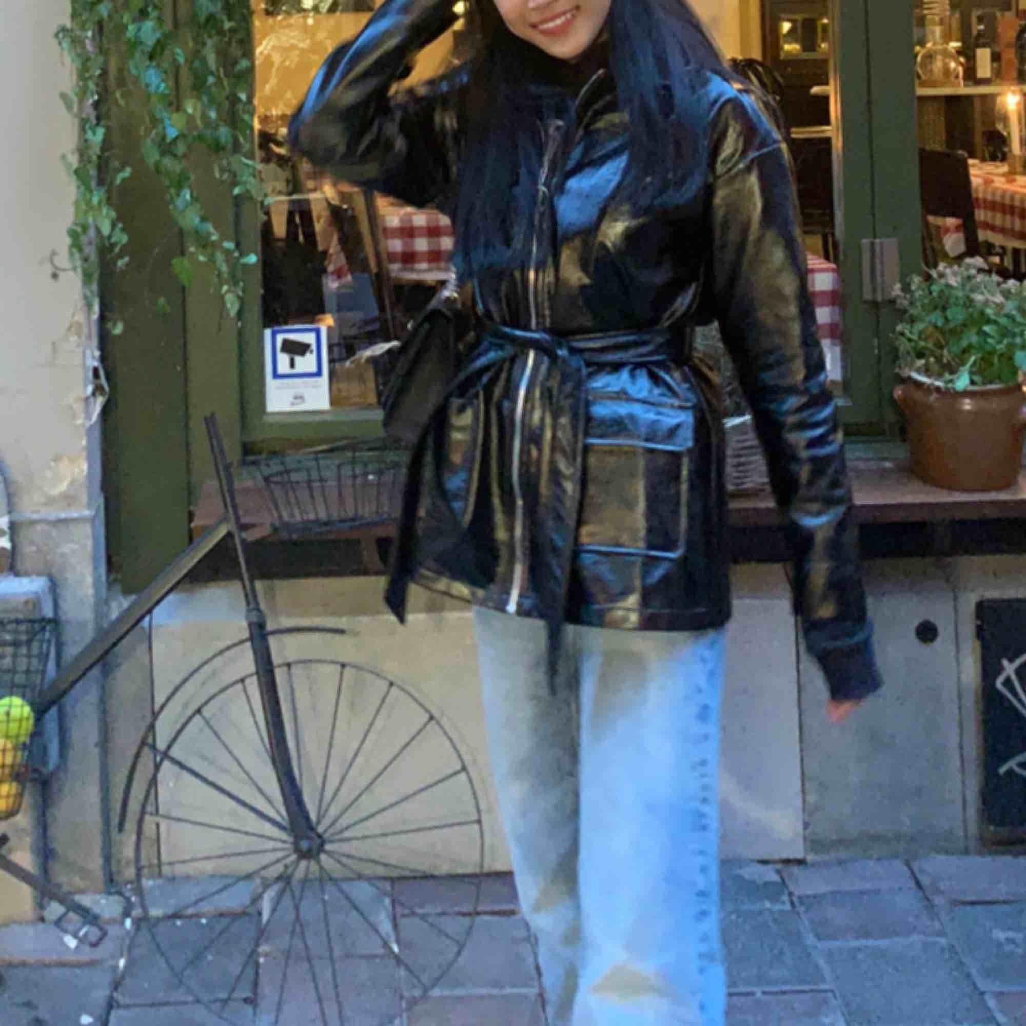 Säljer min favorit svart lack jacka! Den är knappast använd och nästintill ny. Sista bilden kan man ser hur hela ser ut. Nypris:800kr:) . Jackor.