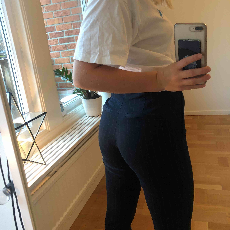 Supersnygga vit och blå randiga kostymbyxor från Hm, säljer för att jag inte får användning av dem längre💕. Jeans & Byxor.