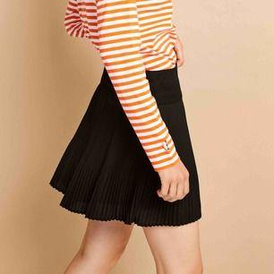 Plisserad kjol från Envii. Använd 1 gång, därför säljer jag den. Kjolen knäpps med gömd dragkedja i sidan.(Frakt tillkommer)