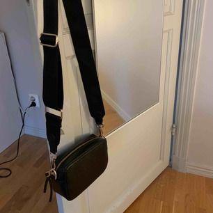 Säljer min fina väska från ginatricot som liknar Marc Jacobs väska, använd ett fåtal gånger så den är i mycket bra skick! Köpte till det svarta bandet så båda medföljer