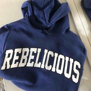 Säljer nu min fina hoodie p.ga att den inte kommer till användning.. Fraktas (köparen står för eventuella fraktkostnader) eller möts upp i stan. Betalsätt - swish💛 Skriv gärna för fler bilder