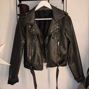 PU Leather distressed biker jacket från Na-kd. Köptes i våras men använd endast en gång. (Pris på Na-kd:699). Frakt tillkommer. PRIS KAN DISKUTERAS