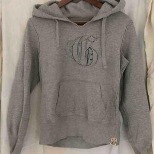 En grå hoodie från GAP tjockt och tungt material. Sitter toppen på en S eller XS. Stor luva. Den är i bra skick