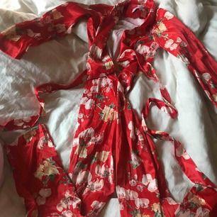 """En """"satin, silke"""" dress från na-kd, Hannalicious kollektion. I storlek 32 som även skulle passa 34 möjligtvis en liten 36a. Den har dragkedja och knytband i midjan. Aldrig använd, så väldigt fint skick!"""