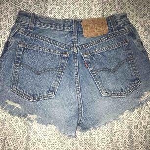 Ursnygga shorts från Levi's ! Alldeles för små på mig, och är osäker på storlek, då det inte står men tror de är W23-24 kanske. Passar dig som är XXS/XS  Väl använda men fortfarande fina i skicket