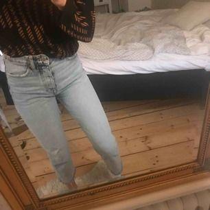 Säljer dessa fina populära mom jeansen från Zara! Storlek 34 och jättefina i skick👍 Superfin ljusblå färg med slitningar vid ankeln.
