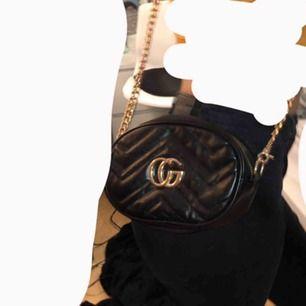 Säljer en fin gucci väska (fejk) köpt för 300 så säljer nu till ett bra pris. Nästan aldrig använd.