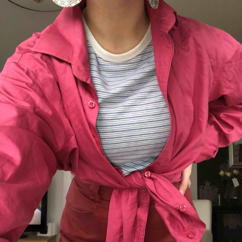Snygg dressman skjorta, som jag använt som knuten blus. Jättesnygg till det, lite 80tals vibbar!!! Finns fler bilder i ett annat inlägg. Skjortor.