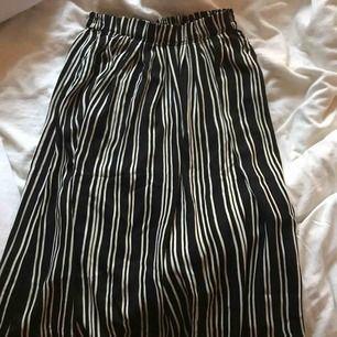Randig kjol som går ovanför knäna