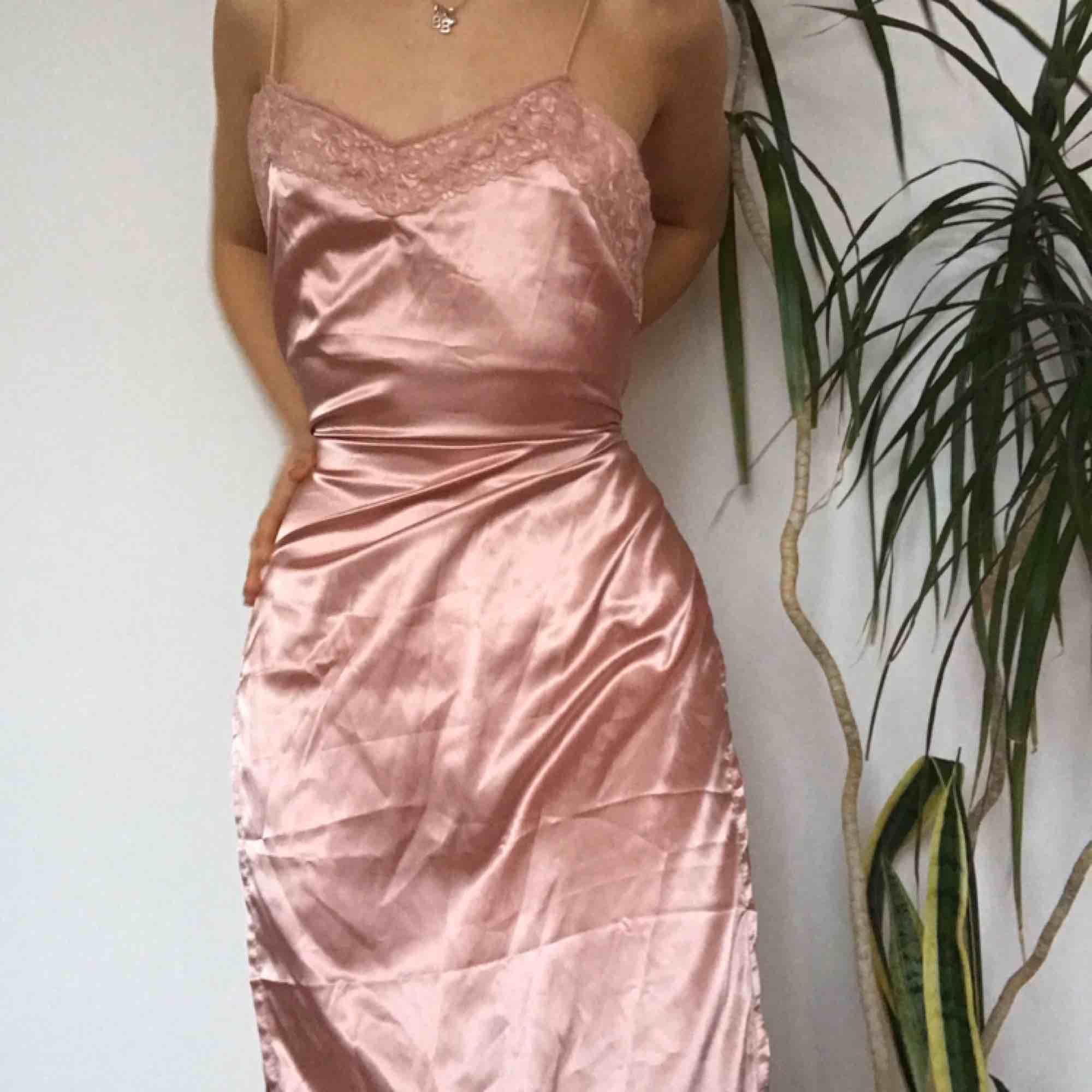 Sjukt snygg klänning med slits. Fint som nattlinne eller en finare festklänning. Köpt här men passade tyvärr inte. Märket är okänt. Klänningar.
