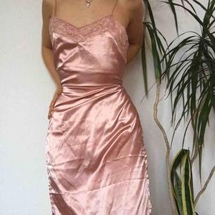 Sjukt snygg klänning med slits. Fint som nattlinne eller en finare festklänning. Köpt här men passade tyvärr inte. Märket är okänt
