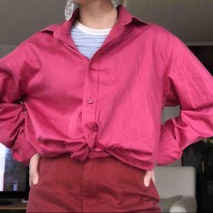 Rosa skjorta från dressman, storlek L men den är assnygg som knuten skjorta i oversize! Fler bilder finns i annat inlägg