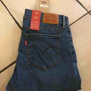 Nya Levis 710 Hypersculpt Super Skinny Jeans  Orderbrkräftelse kan skickad med. Skickas endast med spårbar frakt som ingår. Ditt pris 399kr
