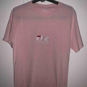 Knappt använd Fila T-shirt