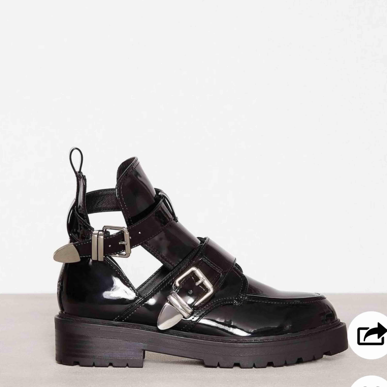 Coola boots ifrån Nelly, använda två gånger, säljer pga att dom ej kommer till användning. Ordinarie pris 549kr. Köpare står för frakt💞. Skor.