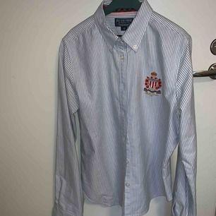 Riktigt snygg Ralph Lauren skjorta! Använt en gång förra året sedan har den legat i garderoben. Armarna är för lång för mig, så brukar vika upp dem men det är ju snyggt det med.   Fri frakt! (Fraktar endast)