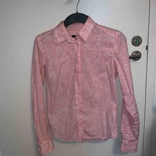 Jättefin rosa skjorta från Gant. Inte använd så väldigt fint skick pga för långa ärmar för mig.  Fri frakt (fraktar endast pga. hinner ej mötas upp)