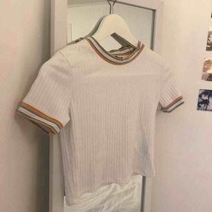 Jätte söt vit tröja från bershka. Säljer den för jag tyckte jag passade bättre i den när jag hade blekt håret!!   Hämtas i Varberg, annars tillkommer frakten!!