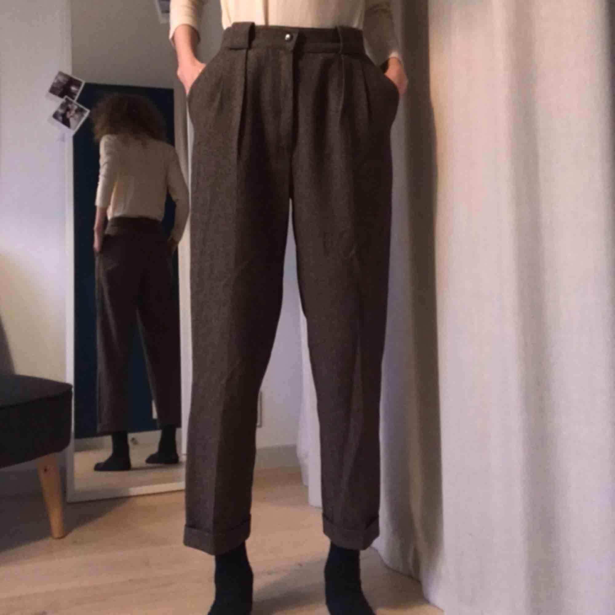 Byxor i ylle eller ylleliknade material i bra kvalitet. Köpa vintage. Superbra skick. Ankellånga på mig (är 174cm). Passar midja 24-26 typ. Jeans & Byxor.