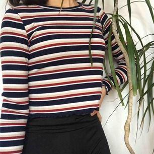 Svinsnygg tröja med ränder. Mycket fin under ett linne till mörka jeans!!