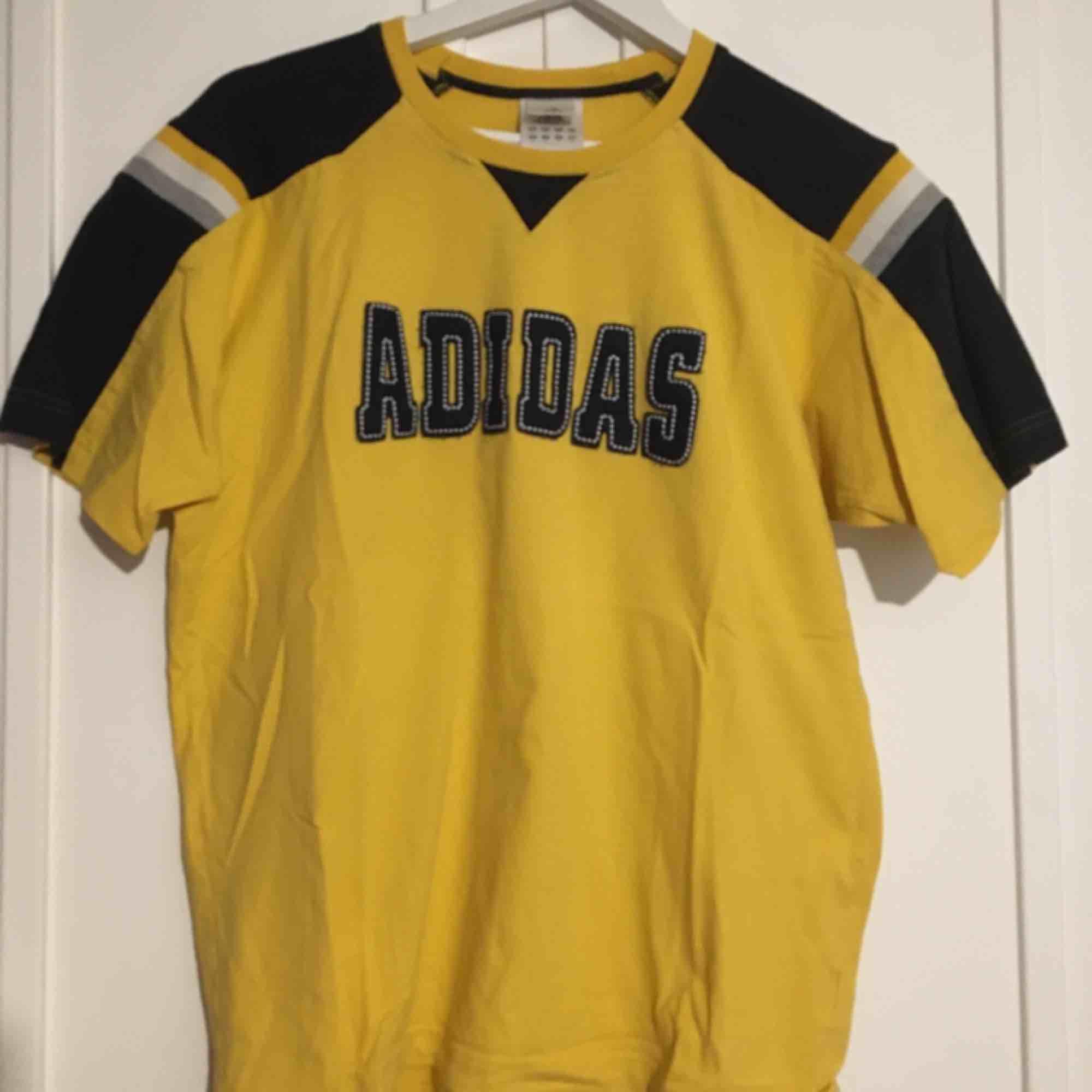 Adidas vintage tröja köpt på humana. Tröjan är en M men passar S-L beroende på vilken passform man vill ha.  . T-shirts.